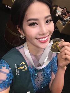 Nam Em bất ngờ giành tiếp huy chương Bạc phần thi Trang phục dạ hội