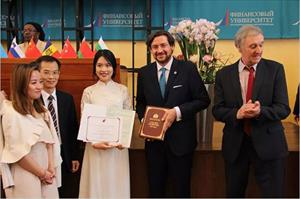 """Sinh viên Việt Nam tại Nga nhận danh hiệu """"Đại sứ quốc tế"""" trường ĐH Tài chính Nga"""