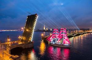 """Lễ hội """"Cánh buồm đỏ thắm"""" trên sông Nêva"""