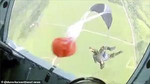 """Video: Học viên quân sự Nga bị """"ném"""" khỏi máy bay trong lần đầu nhảy dù"""