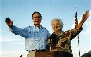 """Cuộc hôn nhân 73 năm như tiểu thuyết của Bush """"cha"""" và vợ"""