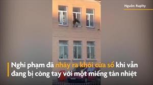 Nghi phạm nhảy khỏi cửa sổ khi đang bị còng tay tại Nga