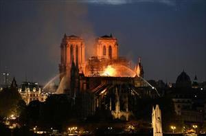 Tổng thống Putin đề nghị gửi chuyên gia hàng đầu hỗ trợ Pháp tái thiết Nhà thờ Đức Bà Paris