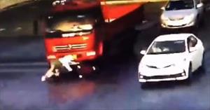 Cô gái thoát chết dưới gầm xe tải nhờ