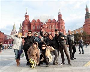 """Đoàn ca sĩ, nghệ sĩ """"Đại nhạc hội"""" thăm quan quảng trường đỏ"""