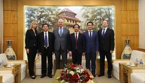 Đại học quốc gia Hà Nội trao kỷ niệm chương tặng Đại sứ Nga và Giám đốc Trung tâm KH&VH Nga tại Hà Nội