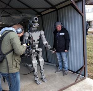"""Nga """"khoe"""" robot có khả năng bắn súng bằng hai tay"""