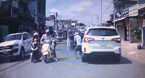 Bé trai lao từ nhà ra đường đụng trúng xe máy, cái tát trời giáng của ông bố dành cho cô gái khiến nhiều người phẫn nộ