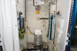 Nhà vệ sinh trên Trạm Vũ trụ bị hỏng, phi hành gia phải đóng bỉm