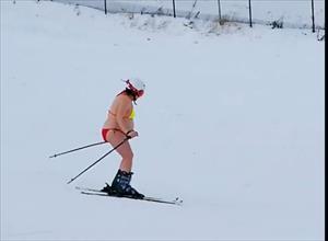 """Bà bầu """"gây bão"""" vì mặc bikini trượt tuyết điêu luyện"""