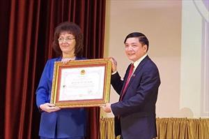 Đồng chí Bùi Văn Cường trao Huân chương Hữu nghị cho Học viện Lao động và Quan hệ Xã hội Liên bang Nga