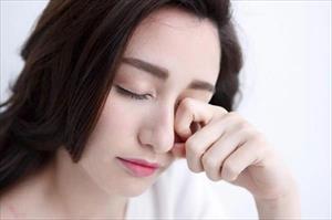 Nữ giới hay thức khuya nhiều có nguy cơ mắc bệnh sỏi mắt cao hơn hẳn
