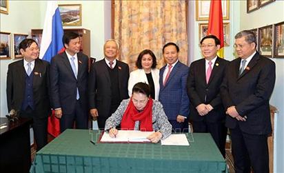 Chủ tịch Quốc hội Nguyễn Thị Kim Ngân thăm Đại sứ quán Việt Nam tại Liên bang Nga