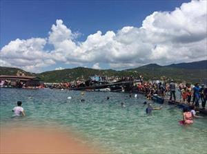 Lật nhà bè ở Ninh Thuận, 300 du khách rơi xuống biển