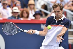 """Cincinnati Masters: """"Tay súng trẻ người Nga"""" Medvedev lại gây chấn động, lật đổ Djokovic để vào CK"""