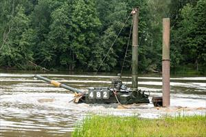 """Nặng 42-46 tấn, """"xe tăng bay"""" T-80 Nga vượt sông thế nào?"""