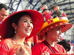 Hoa hậu Ngọc Hân mặc áo dài rạng rỡ trên khán đài cổ vũ tuyển Việt Nam