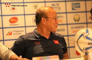 """Chùm ảnh: Thầy Park mỉm cười khi Nishino bị """"chất vấn"""" về trợ lý Sasa Todic"""
