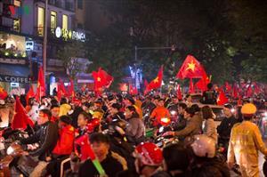 """Các tuyến phố tại Hà Nội """"thất thủ"""", tràn ngập cờ đỏ sao vàng"""
