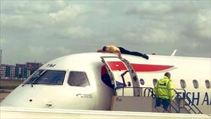 Vận động viên khiếm thị leo lên nóc máy bay để biểu tình