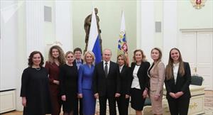 Putin khiến các nữ sinh bật cười vì hài hước