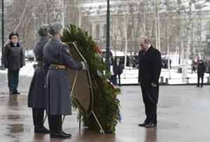 Tổng thống Nga Vladimir Putin đặt vòng hoa tại Đài tưởng niệm các chiến sĩ vô danh