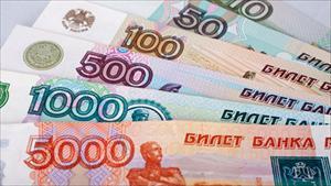 """Hết phạt thương mại, EU """"đánh"""" tiếp đồng rúp của Nga"""