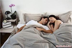 Suốt 1 tuần tân hôn, hai vợ chồng chỉ biết nhìn nhau trân trối rồi quay ra ngủ