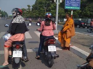 """""""Sư"""" giả nhan nhản xuống đường phố Biên Hòa"""