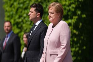 Thủ tướng Đức run bần bật trong lễ đón Tổng thống Ukraine