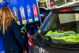 """""""Làn sóng áo vàng"""" phản ứng với mức thuế nhiên liệu của người Pháp"""
