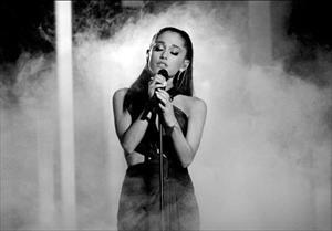 Ariana Grande viết tâm thư xúc động, tuyên bố sẽ trở lại Manchester biểu diễn