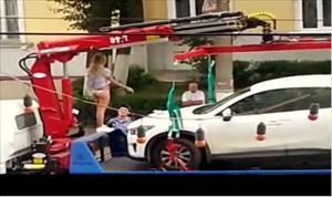 [Video] Thiếu nữ Nga mặc bikini ra giữ ô tô
