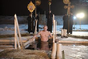 Vladimir Putin ngâm mình vào lỗ băng ở Seliger