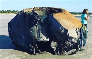 Vật thể lạ trôi vào bãi biển ở Mỹ nghi là UFO