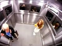 Video: Bị đánh khi dọa ma trong thang máy