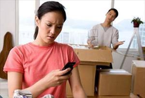 """Phải làm gì với cô vợ hay lục lọi """"trộm"""" điện thoại của chồng?"""