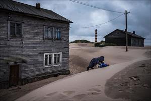 """Bị cát """"nuốt chửng"""", dân làng ở Nga học cách sinh tồn trên bãi biển"""